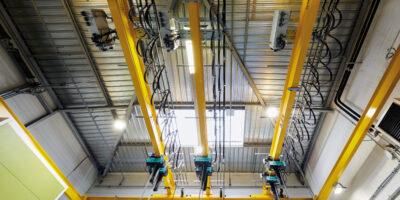 Trois ponts roulants et six palans Verlinde dans l'atelier de maintenance des moules d'injections chez Parker Hannifin